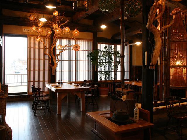 画像: 堂々たる風格の木目が素敵な店内。造作物も村上さんの手作りと聞き、驚く