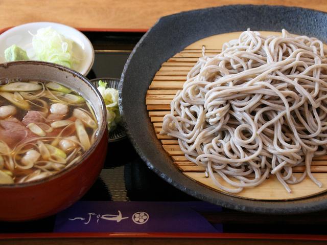 画像: 野田鴨つけざる。ボリュームたっぷりの蕎麦に、絶品の鴨入りつけ汁