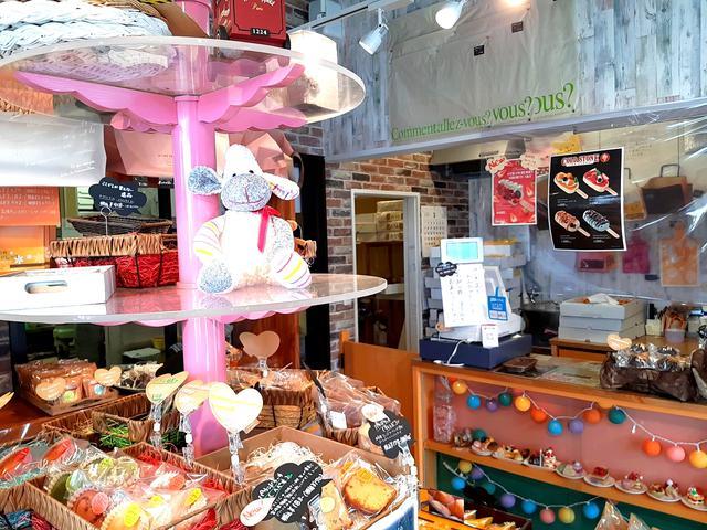 画像: 店内には所狭しと、さまざまな魅惑のスイーツが並んでいる
