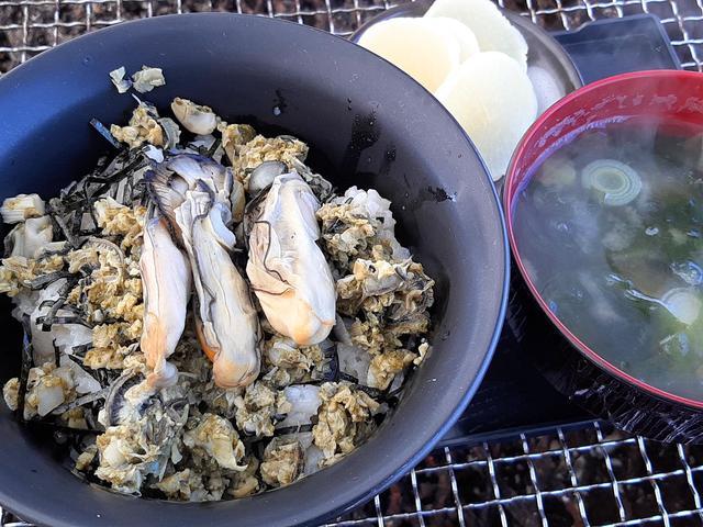 画像: かきごはんセット。牡蠣&魚介だしで炊いたご飯に、酒蒸しフレークやむき身が載る