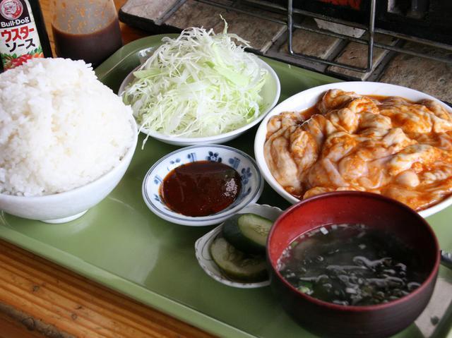 画像: ランチのホルモン定食(大盛) キャベツの千切りにはウスターソースをかける