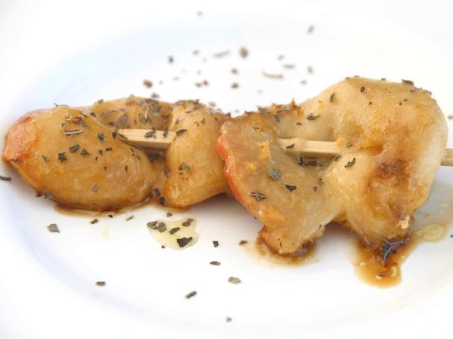 画像: ホヤの串焼き。臭みが全然無く、だし&バジルテイストが香る