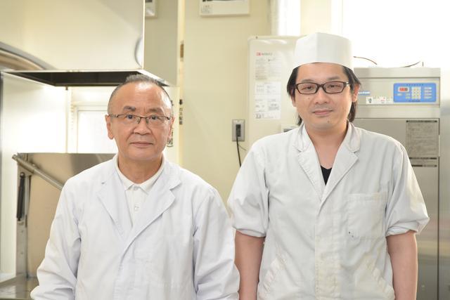 画像: 竹沢勝好 飲食事業部長(左)と、高橋龍太 調理係長(右)
