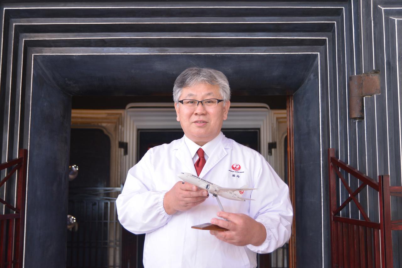 画像: 堀内陽彦シェフは和食の名門「吉兆」などを経てJALへ。現在、機内食を作る「ジャルロイヤルケータリング」に所属し、海外から出発する便の機内食を提供する現地企業に対しての調理指導やメニュー監修も行っています