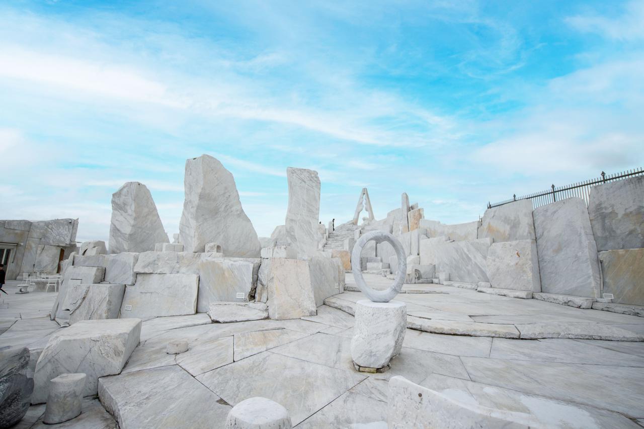 画像2: 神秘的な白亜の世界が広がる、話題の大理石庭園へ