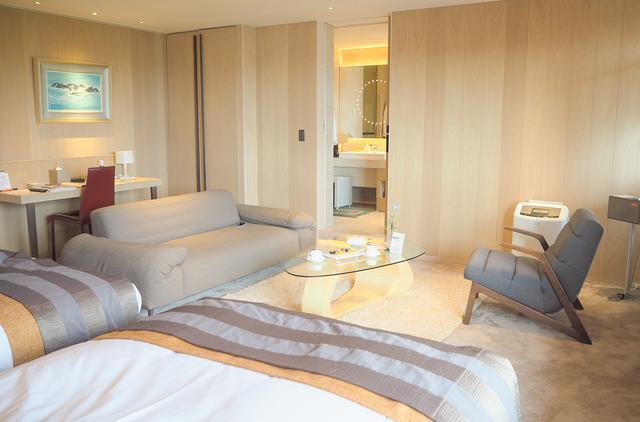 画像2: 白木の温もりに包まれた客室で、のんびり羽を伸ばす