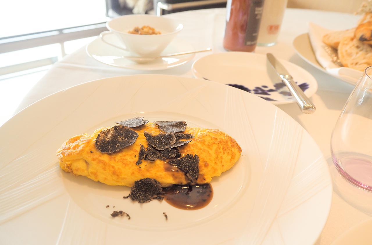 画像: 生卵がNGな方のために、朝食の「エッグベネディクト」を「オムレツの黒トリュフソース掛け」に変更