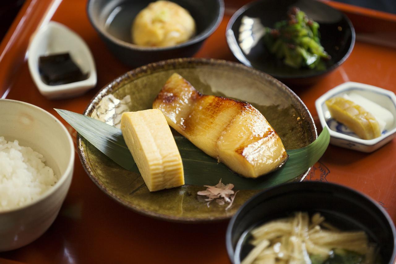 画像: レストラン「西蔵」では料理と「御前酒」を一緒に楽しむことができる
