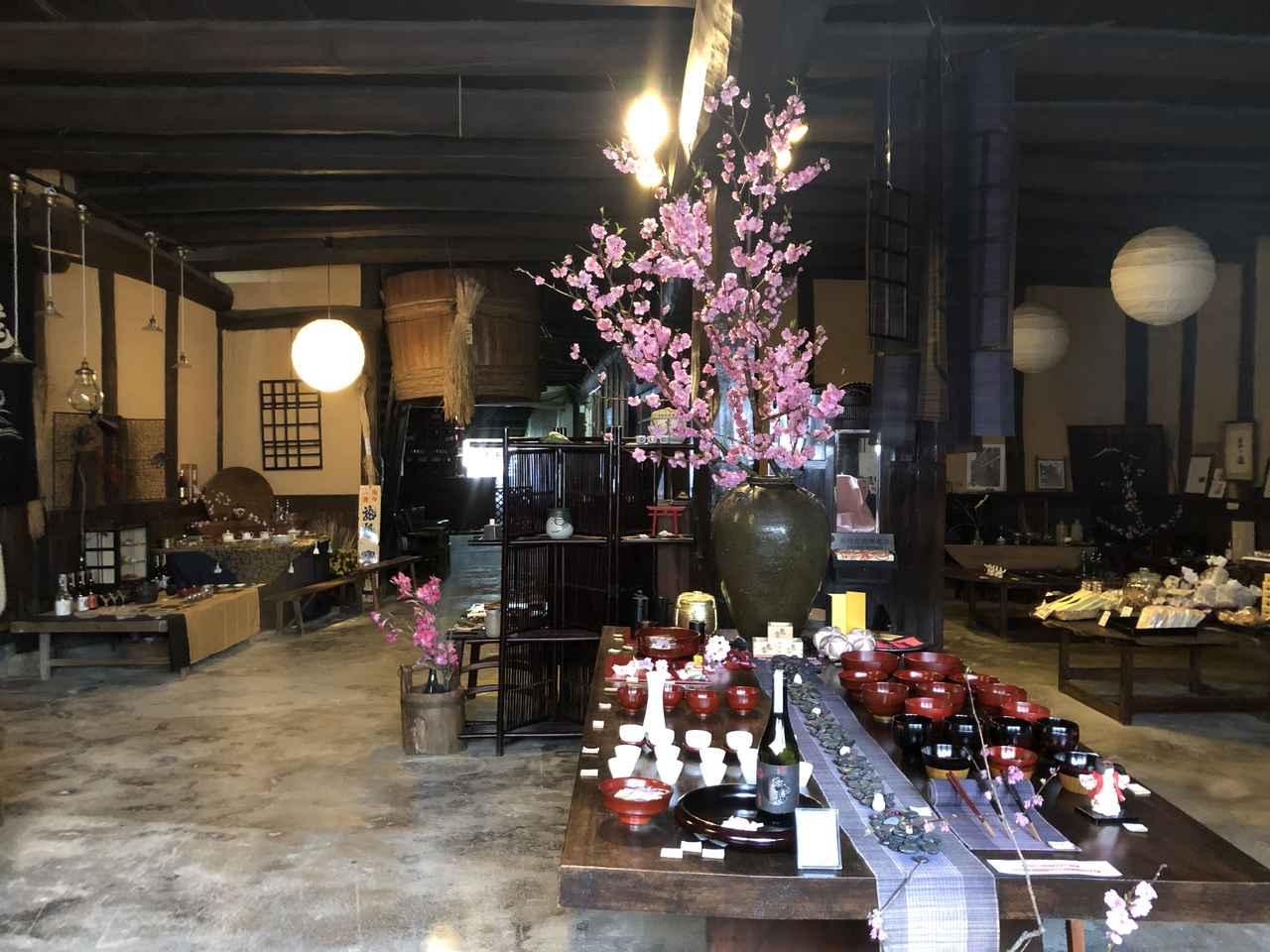 画像: 酒蔵交流館。かつて酒造りに使われていた築250年の木造蔵は、竹原市の文化財に指定されている