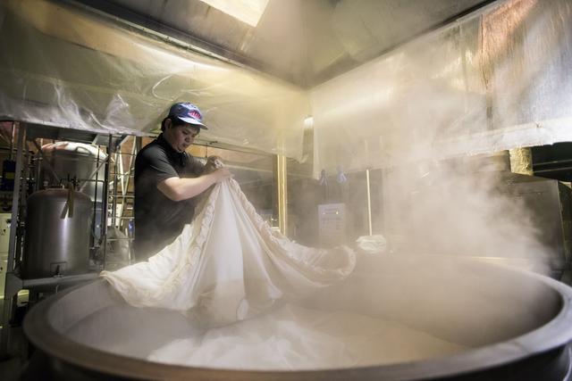 画像: 酒造りの様子(米を蒸す工程)