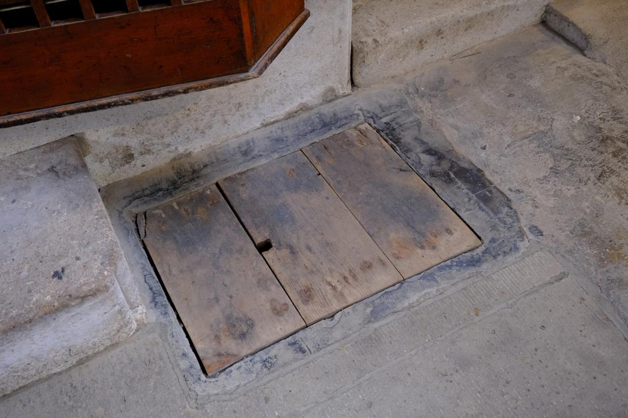 """画像: 蔵入口の味噌入れ。内部の延焼を防ぐため、扉にできるすき間には""""味噌""""を塗りました。"""
