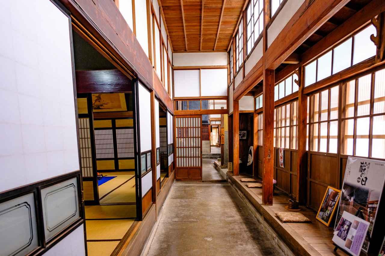 画像: 主屋から内蔵、裏門まで一色線に続く通り土間。