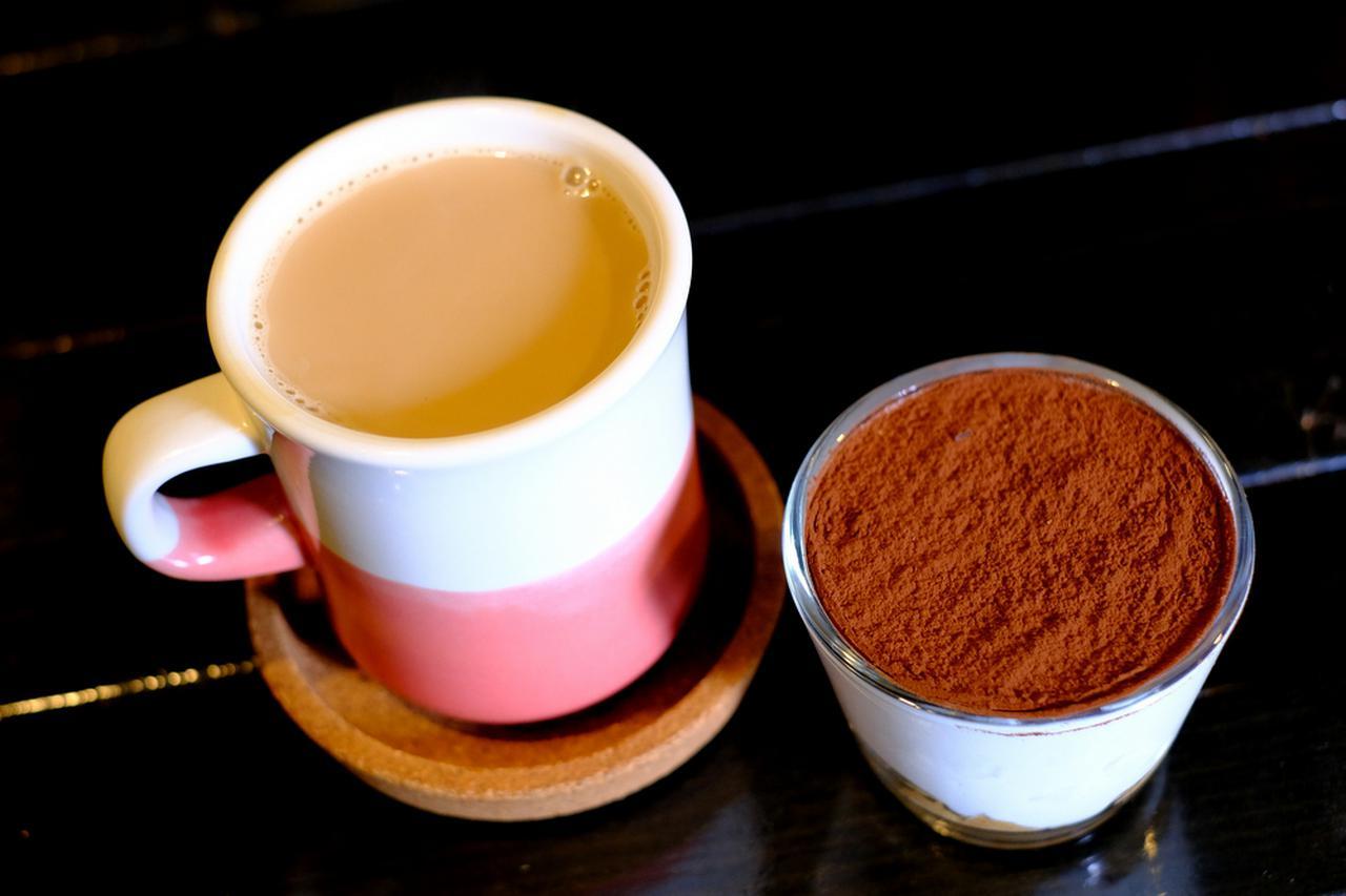 画像: マグカップで提供されるカフェ・オレ。デザートのティラミスとともに。