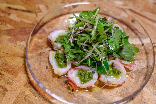 画像: フレッシュな横手産春菊を使った「タコの炙りとハーブのサラダ」。