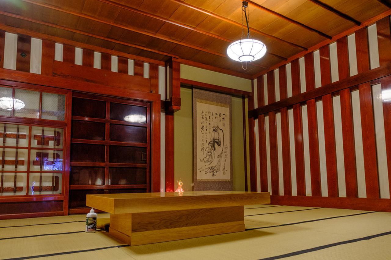 画像: 漆塗りされた柱は間隔が狭く、本数も多い豪華な設え。
