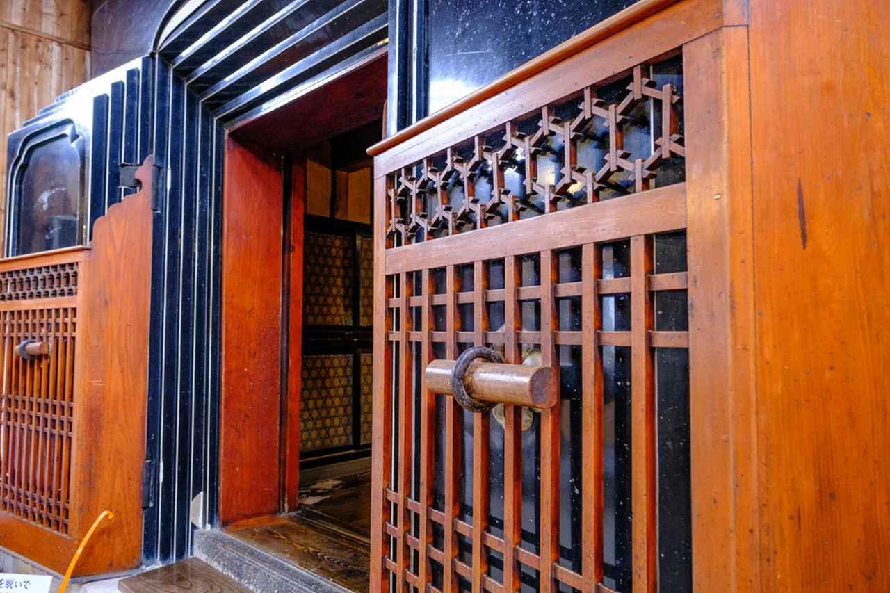 画像: 蔵の入口は厚く、優れた防火壁となります。火事が発生した時には入口を閉め内部を守ります。