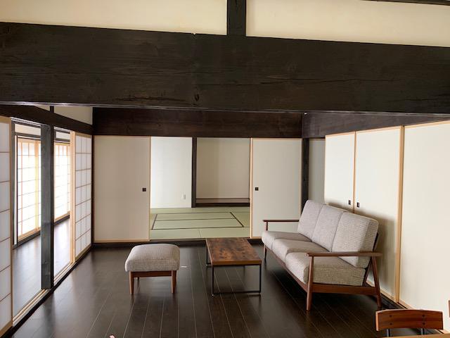 画像: 母屋を改装した「yama」縁側から四季の借景を楽しめる。