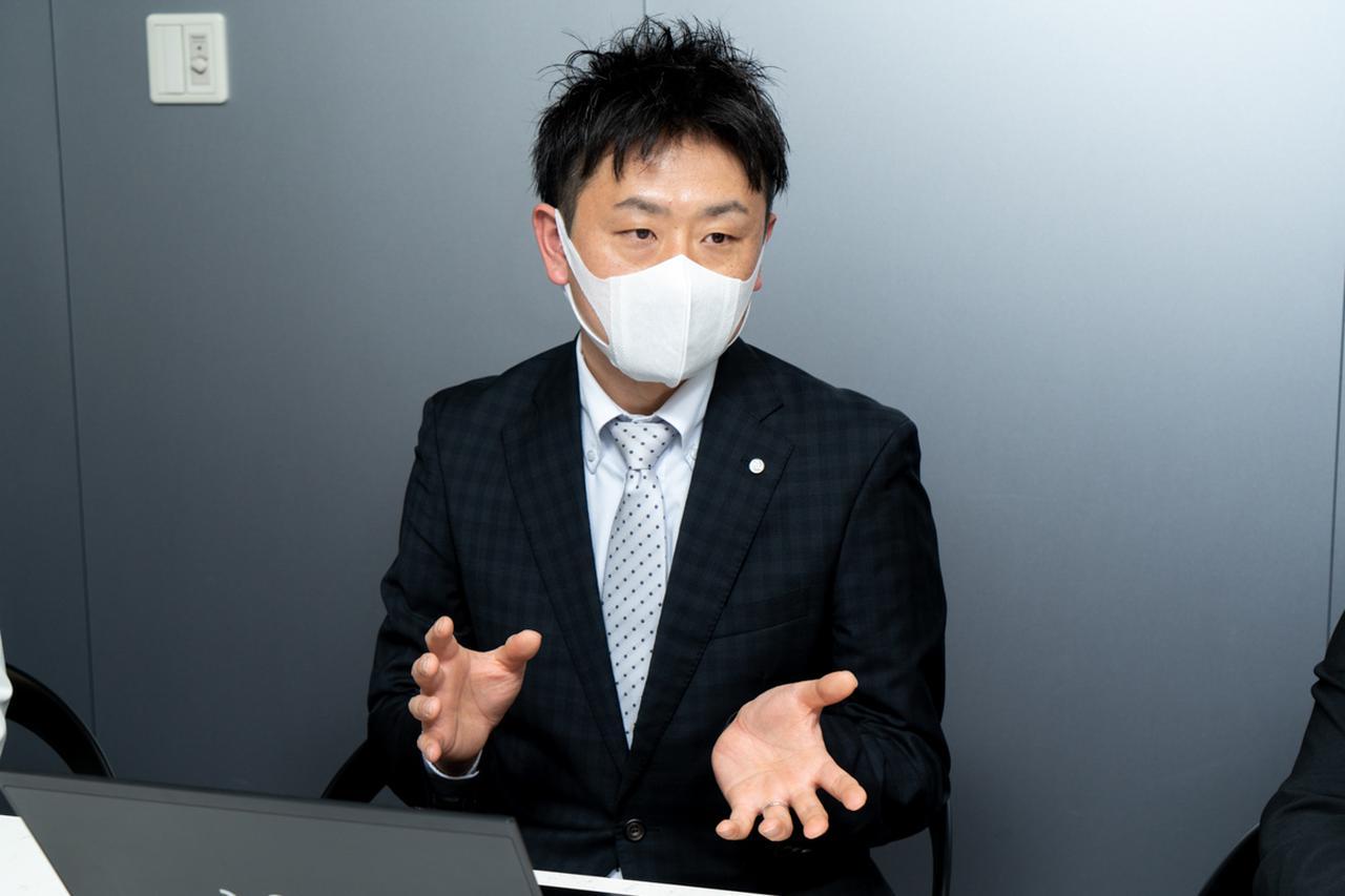 画像1: 手作業で拭き上げる、クリーニングスタッフの清掃・消毒