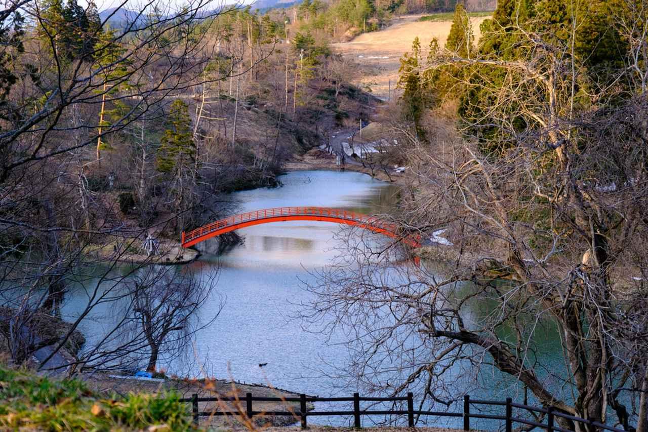 画像: 市民の憩いの場である牛沼には「蓬莱橋」がかかります。