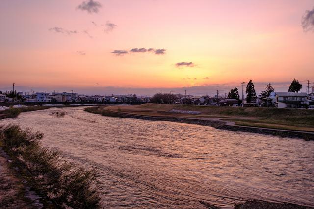 画像: 夕日を浴びてピンクに染まる横手川。