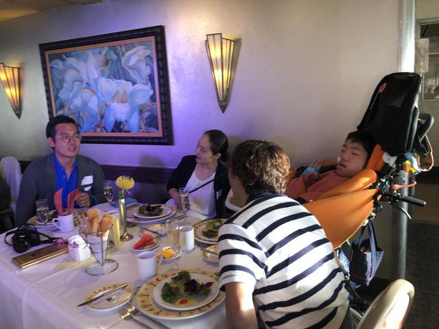 画像: ナイトクルージングで食事を楽しむ鎌田さんご家族とJALスタッフ