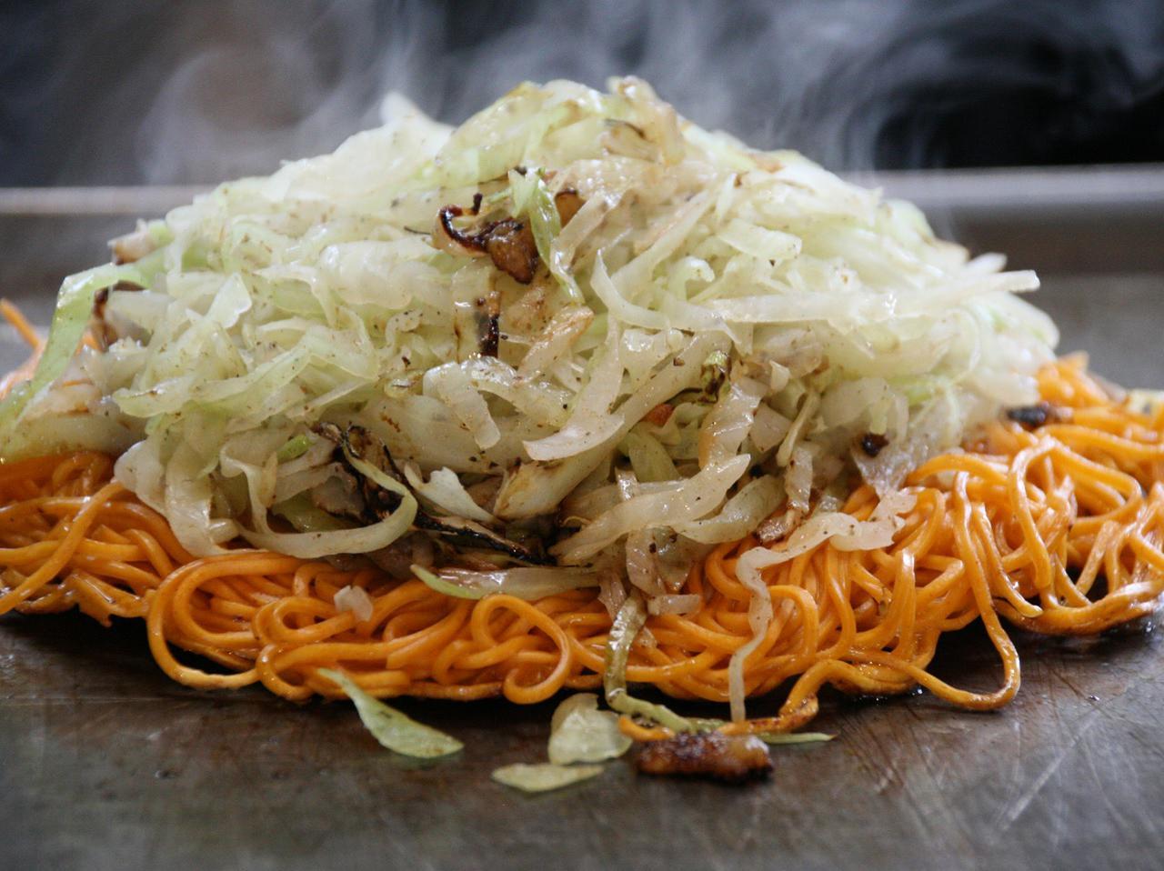 画像: 玉子の上に唐麺、炒め蒸したキャベツなどを乗せるスタイル