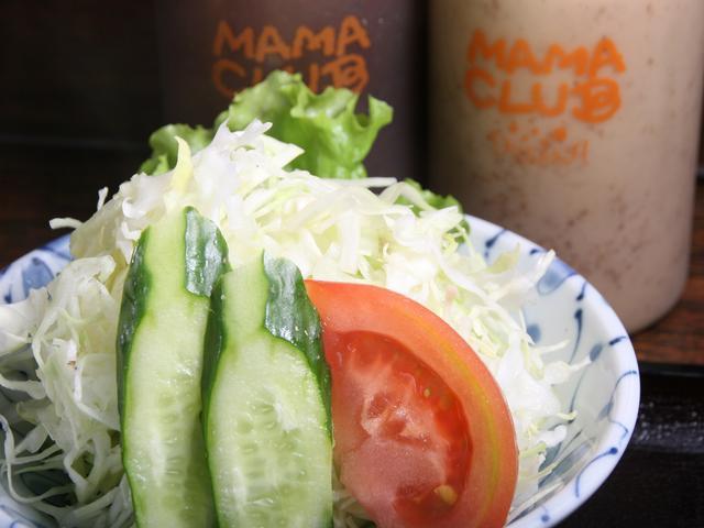 画像: サラダには胡麻ドレッシングと和風ドレッシングが付くのでお好みで