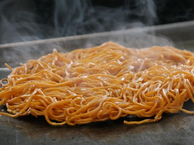 画像: 江草製麺の唐麺。唐辛子が練りこまれ、想像よりも辛さが際立つ