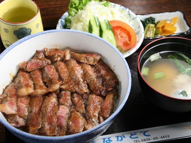画像: ステーキ丼。十勝若牛の豊かな旨味ときめ細かで柔らかな肉質を堪能