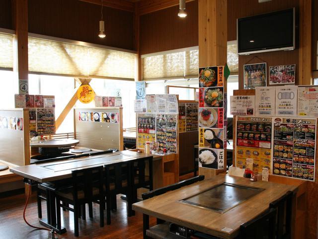 画像: 各テーブルにも鉄板を設置するこだわり。一品料理も多いのも嬉しい