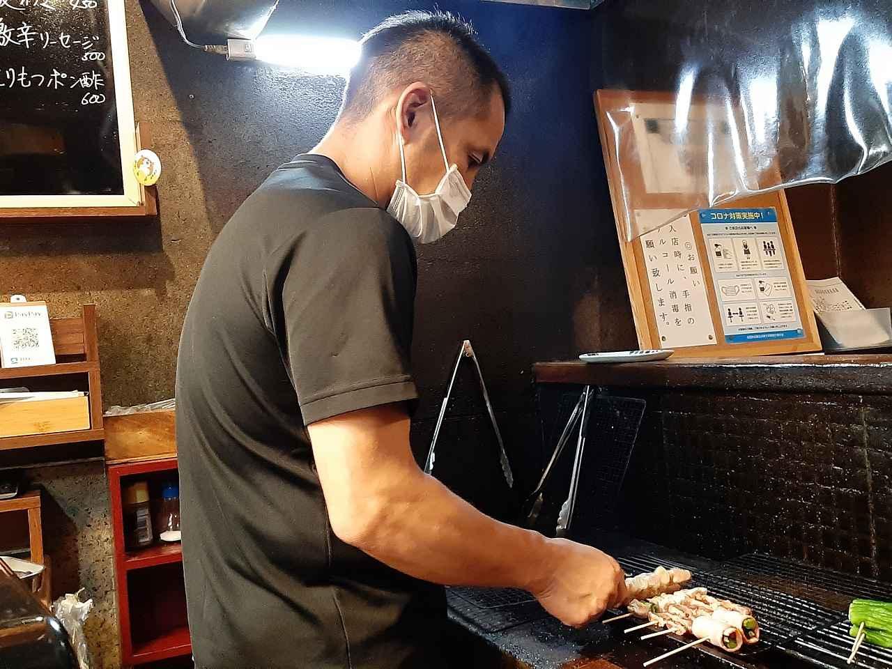 画像: 店主の大岩豊さん。午前中から帳簿、仕入れ、14時から仕込みと忙しい