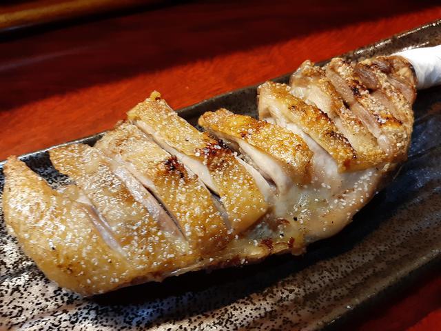 画像: 名物の「とり足」。骨付きの親鶏のももで、噛めば噛むほど味が出る