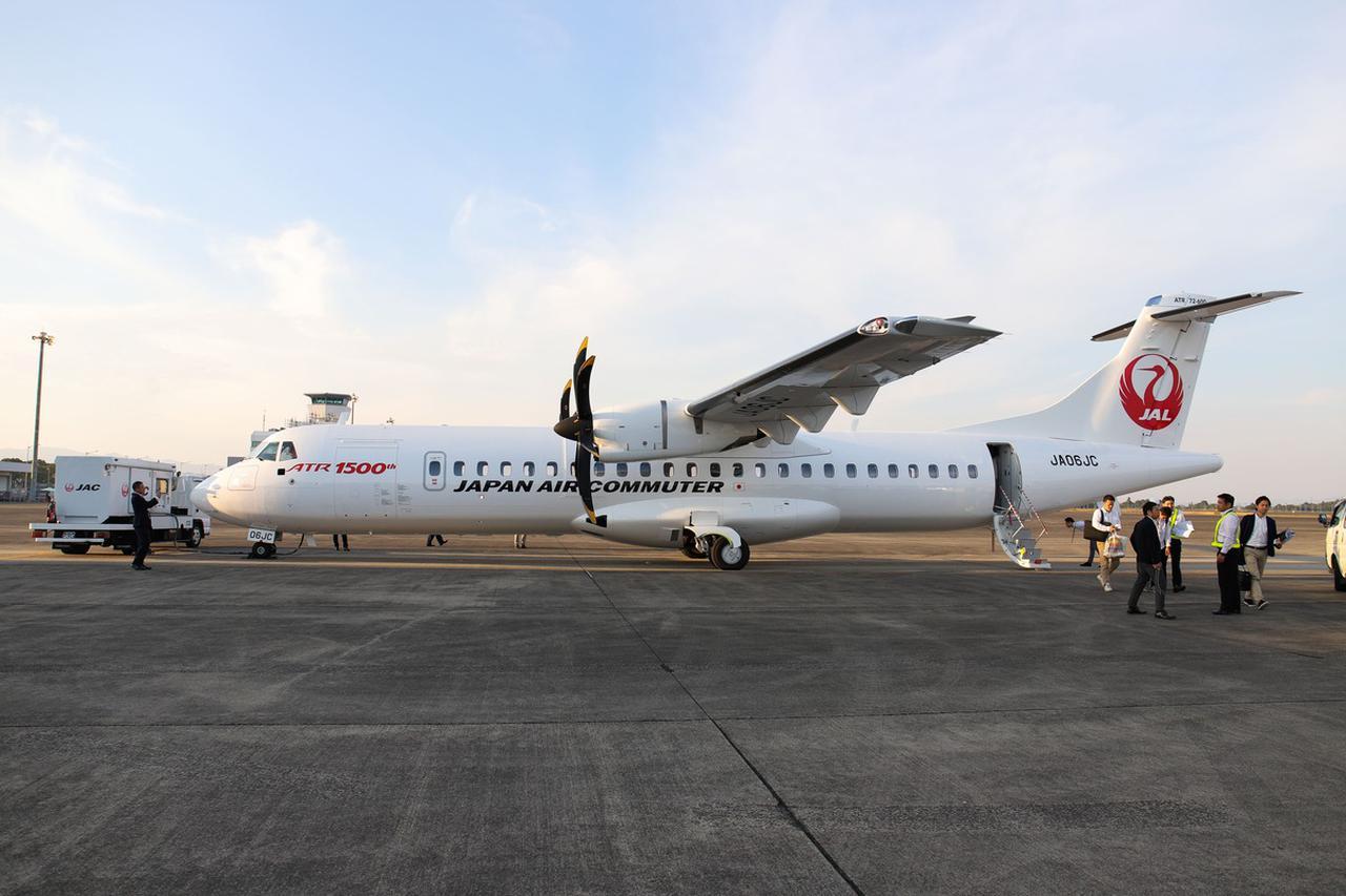 画像: 2機のうちひとつは、ATR社が製造した通算1500機目の記念すべき機体。機首付近の「ATR 1500th」のロゴに注目