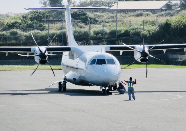 画像: ATR42は、フランス生まれの最新鋭ターボプロップ機。乗降口が機体後部にあるのがめずらしい特徴(撮影:英亭或 巡)