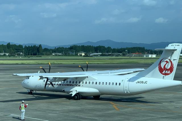 画像: ATR72は70名乗りで客室乗務員は2名体制。日本国内には2機しかない、レアな存在です