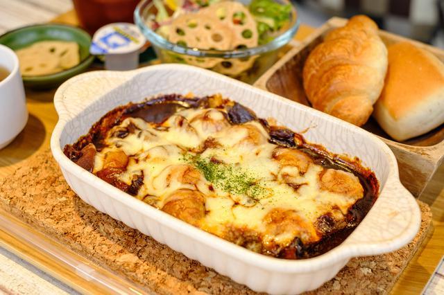 画像: デミグラスソースととろとろチーズの「れんこん玉グラタン」