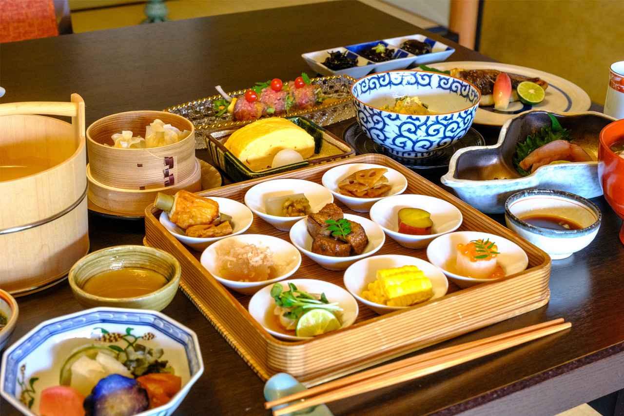 画像: テーブルいっぱいに並べられた料理。お刺身や焼き魚も当たり前においしい。