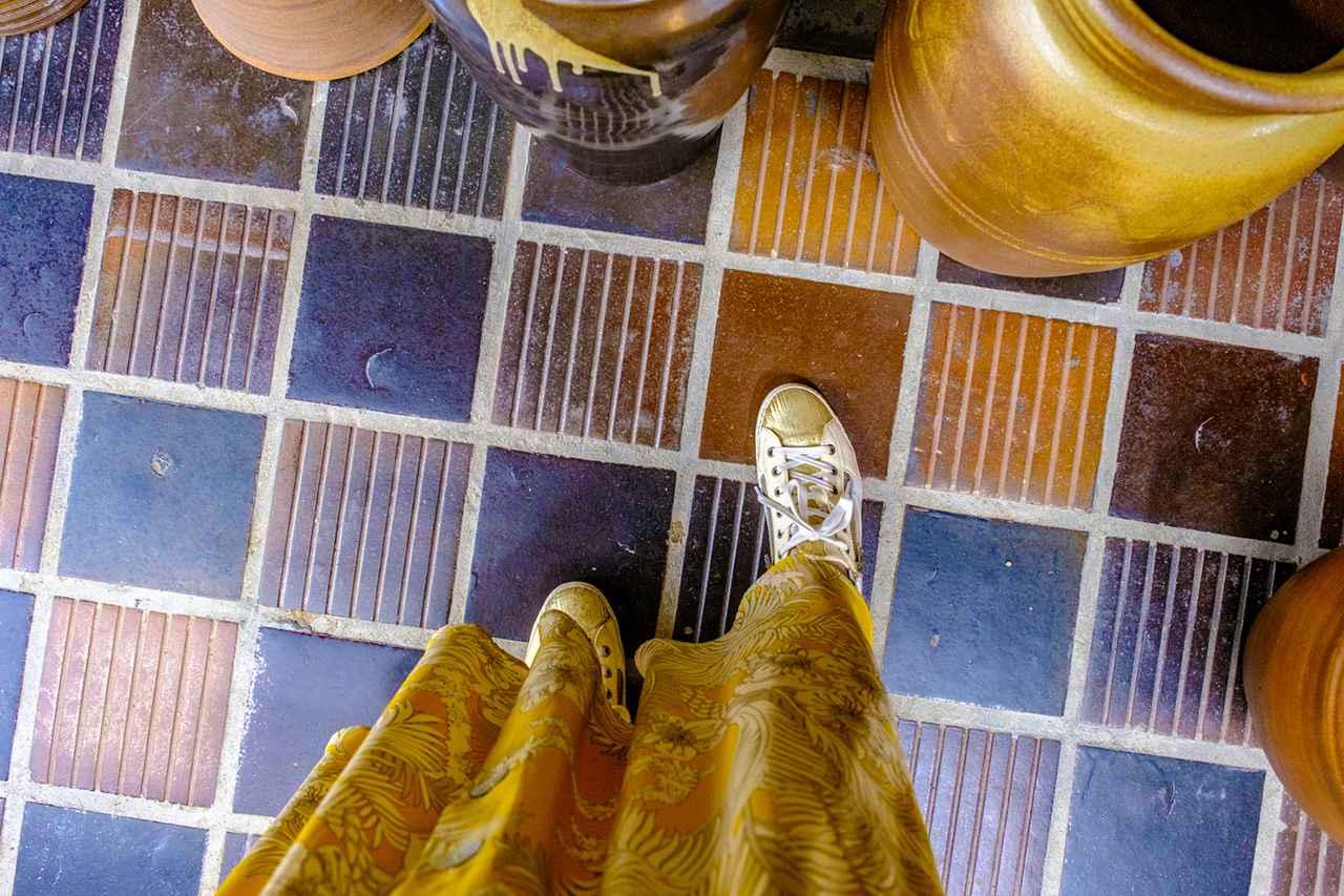画像: 店内床も大谷焼のタイルで彩られています。
