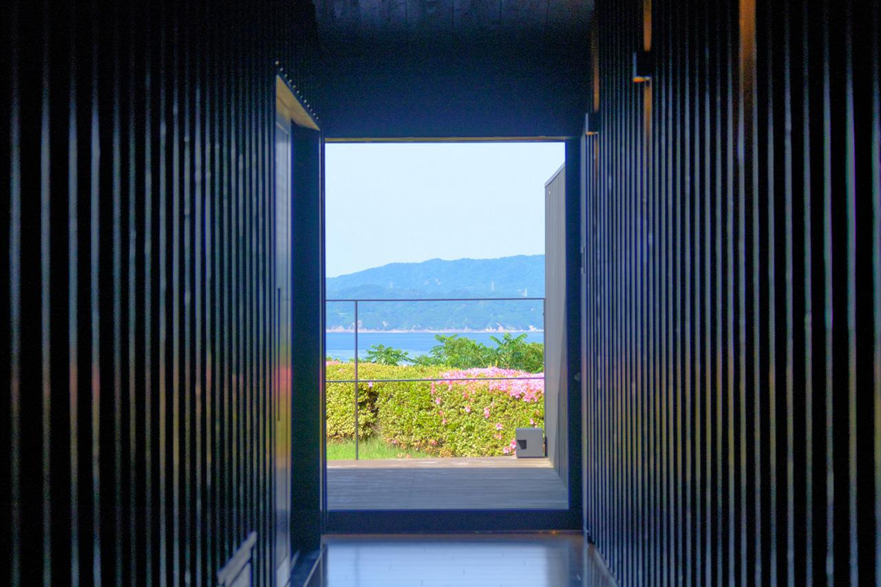 画像: 入室すると真っすぐ正面に海が見えました。
