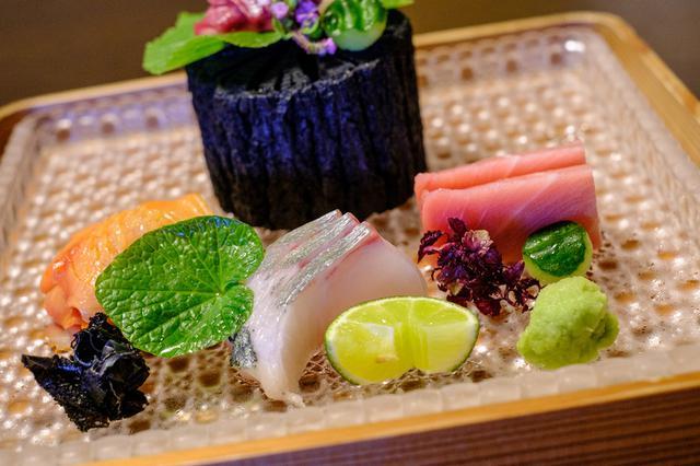 画像: 鳴門鯛、まぐろ、しまあじ、赤貝のお造り。土佐醤油とすだちで。