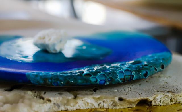 画像2: 【沖縄・やちむん】サンゴ礁の鮮やかな海を作品で表現した「うるま陶器」