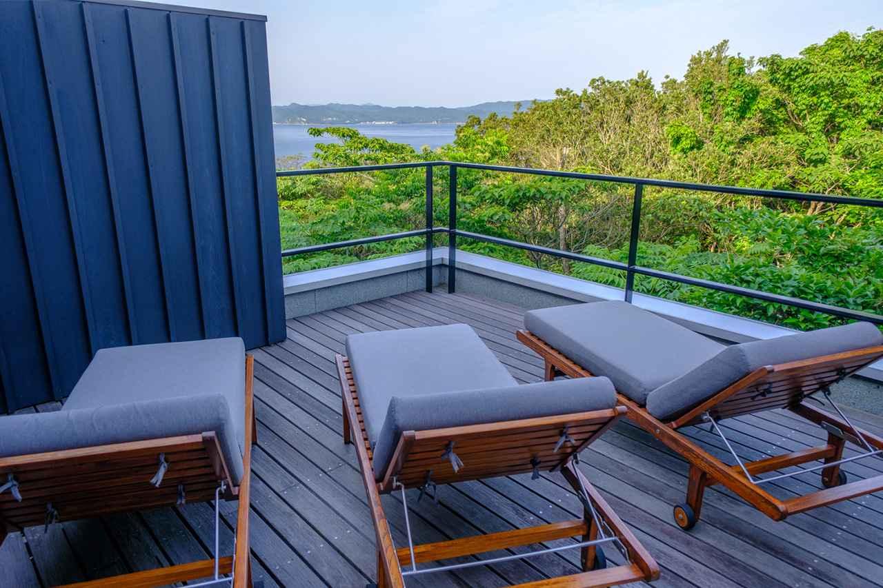 画像: 露天風呂とウッドデッキには海風が心地よく吹き込みます。