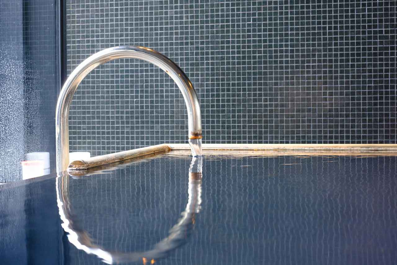 画像: 自家源泉を持つ大浴場は源泉掛け流し。