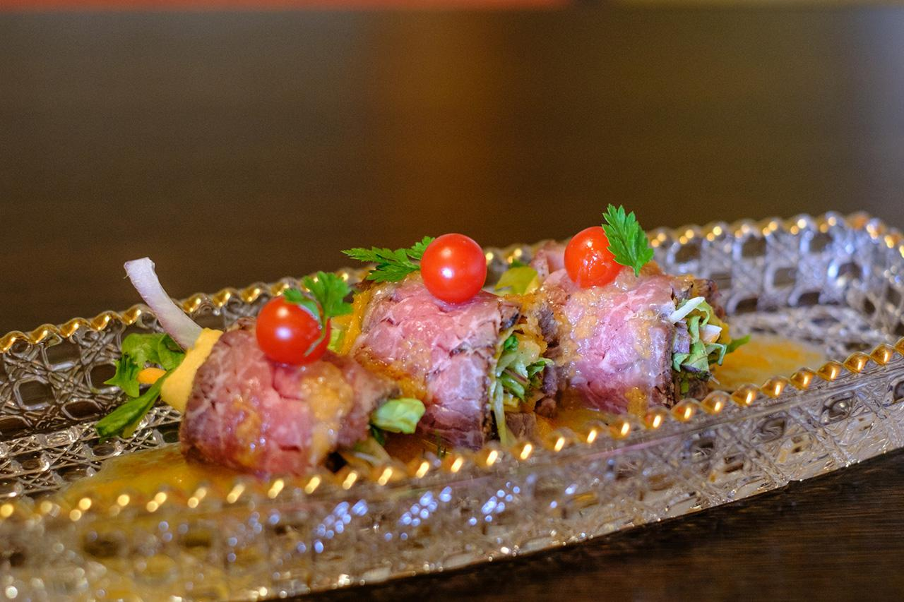 画像: ローストビーフの野菜巻。オリジナルのさっぱりとしたソースで。