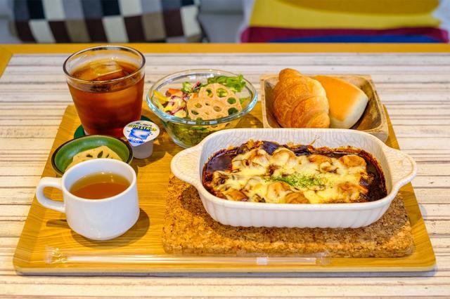 画像: メインにサラダやパン、スープ、ドリンクが付いたセットメニュー。