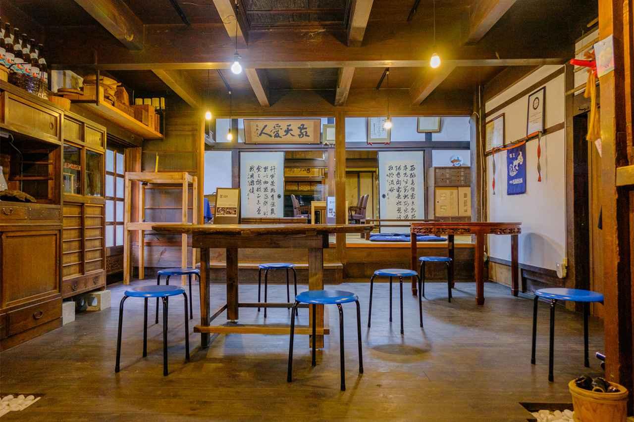 画像: 日本酒を学ぶ体験メニュー「酒の寺子屋」は、歴史感じる酒蔵内で開催されます。