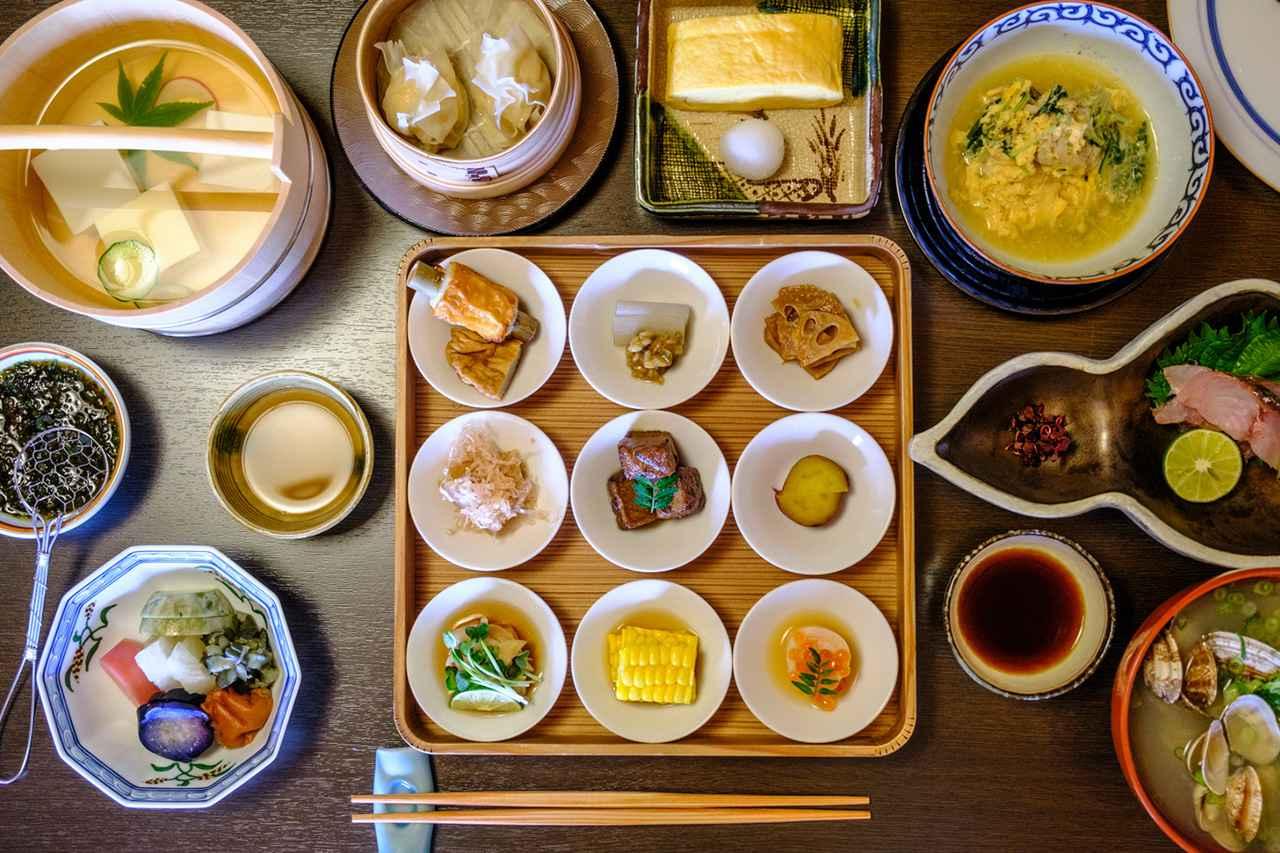 画像: リッジの朝食。自家製豆腐、しゅうまい、出汁巻たまご、鱧の玉寄せなど。
