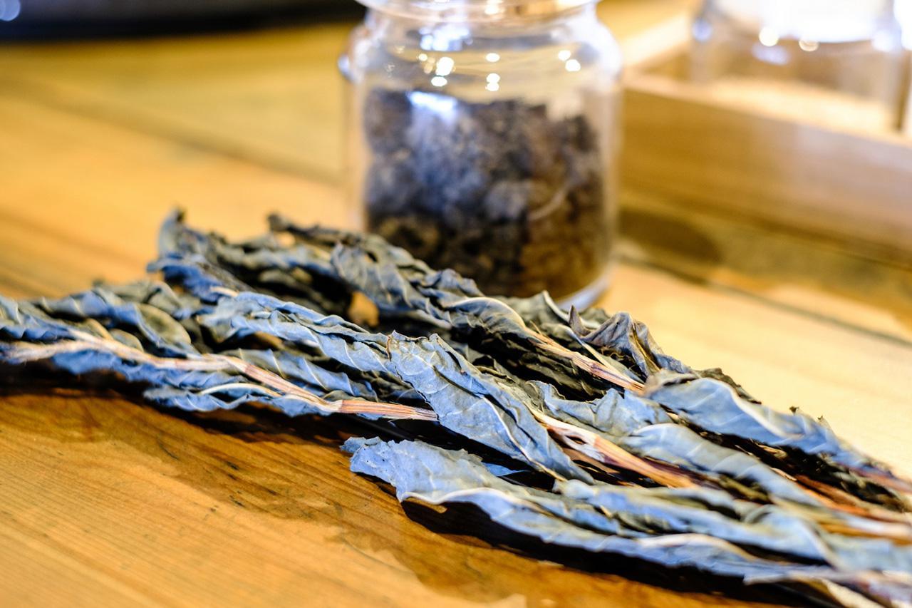 画像: 藍の葉っぱから抽出される成分が変化して生まれる天然色素を使うのが藍染です。