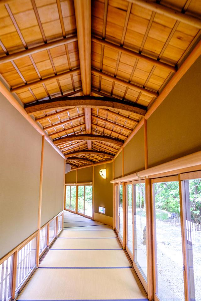 画像: 舟底天井の長い廊下。