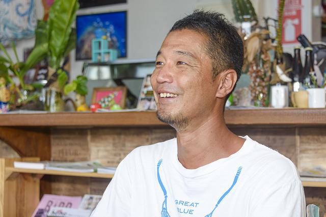 画像: 西表島から沖縄本島に移住したマリンショップオーナー/水中写真家・淺原潤さん